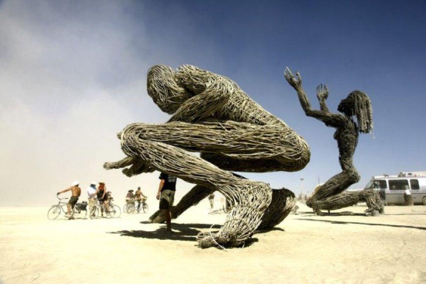 """Festivalyje """"Degantis žmogus"""" dalyvavęs fotomenininkas R.Požerskis užfiksavo dykumoje gimusius įspūdingus meninius projektus."""