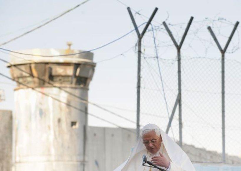 Popiežius išvydo, kaip atrodo Izraelio pastatyta siena.