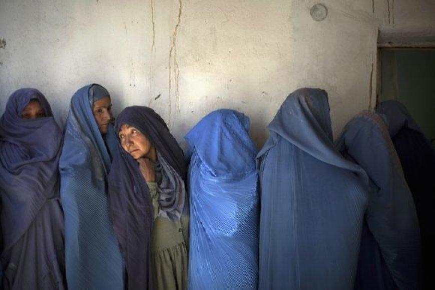 Moterys laukia eilėje balsuoti rinkimuose