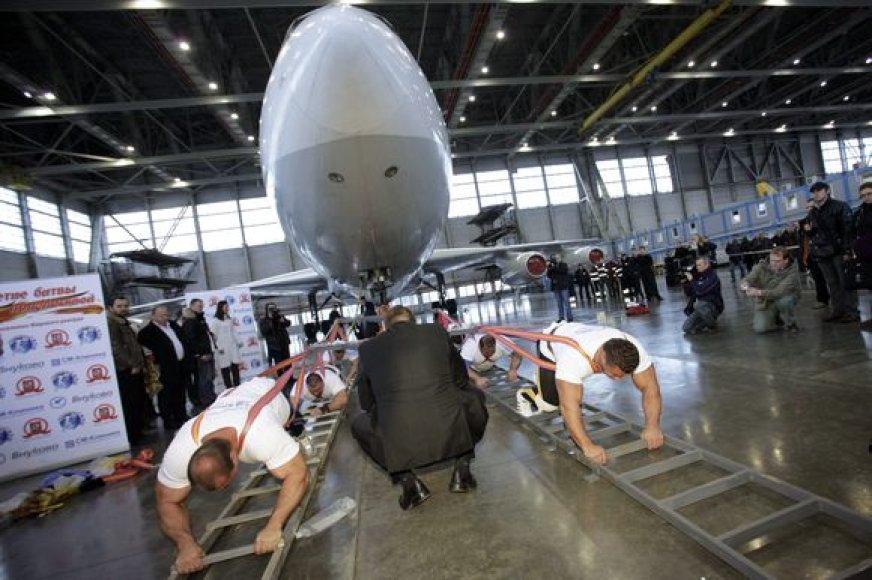 Galiūnai traukia lėktuvą