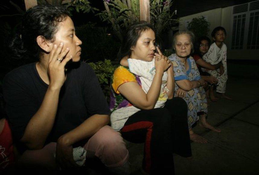 Galimo cunamio išsigandę žmonės Indonezijoje