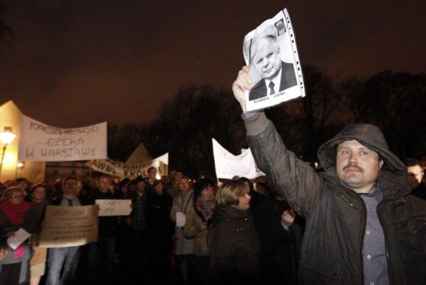 Vieni lenkai protestuoja prieš prezidento laidotuves Vavelyje, kiti tokią idėją palaiko.
