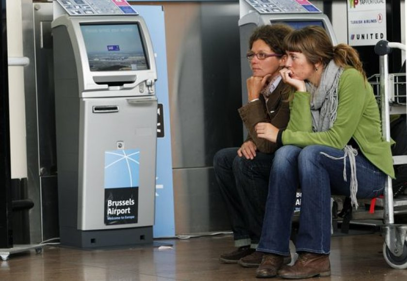 Žmonės laukia Briuselio oro uoste