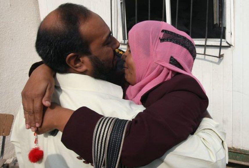 Paleistą kalinį sveikina žmona