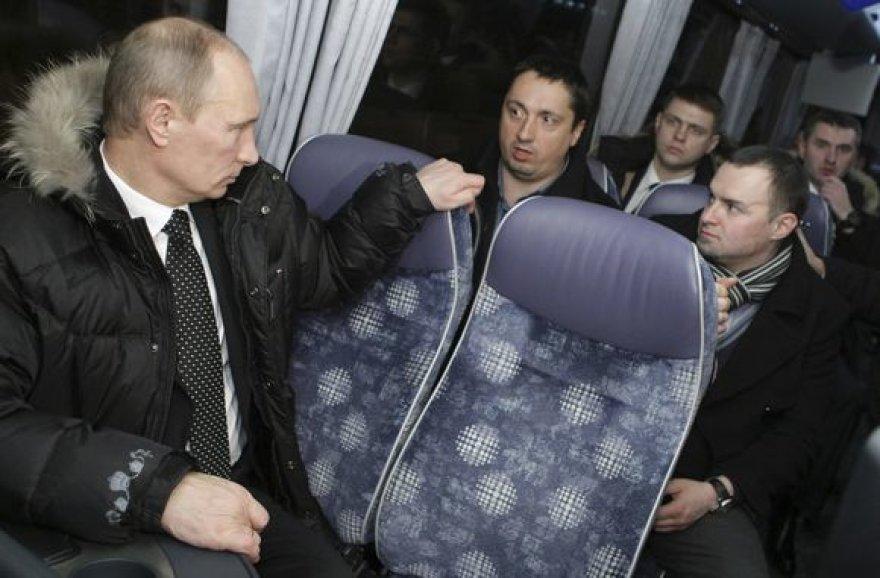 Vladimiras Putinas su futbolo sirgalių atstovais