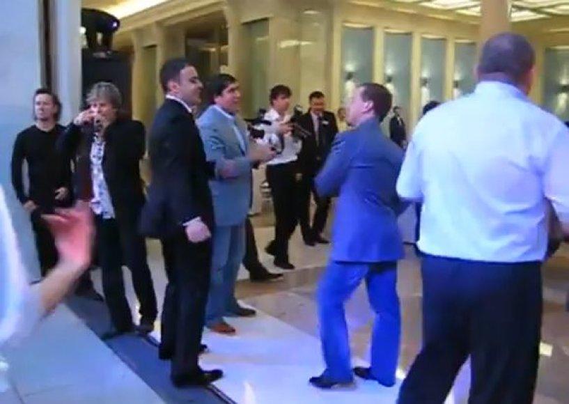 Dmitrijus Medvedevas šoka