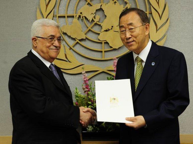 Palestinos lyderis Mahmoudas Abbasas įteikia prašymą Jungtinių Tautų vadovui Ban Ki-Moonui