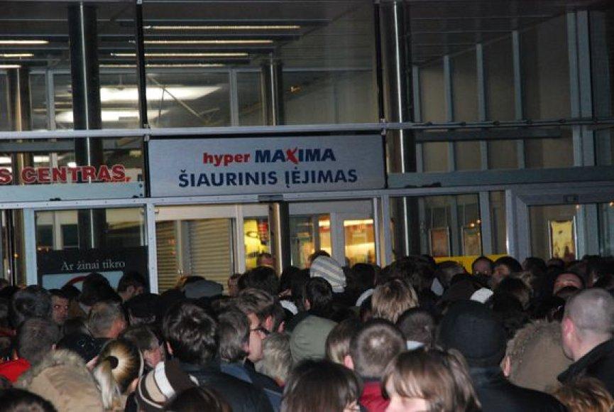 """""""Akropolio"""" parduotuvės """"Maxima"""" apgultis, daug pirkėjų liko už durų, laimingieji tempia pirkinius."""