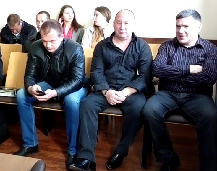 Kaltinamieji Ramūnas Dailydė, Stanislovas Narkevičius ir Paulius Nižauskas teismo suole.