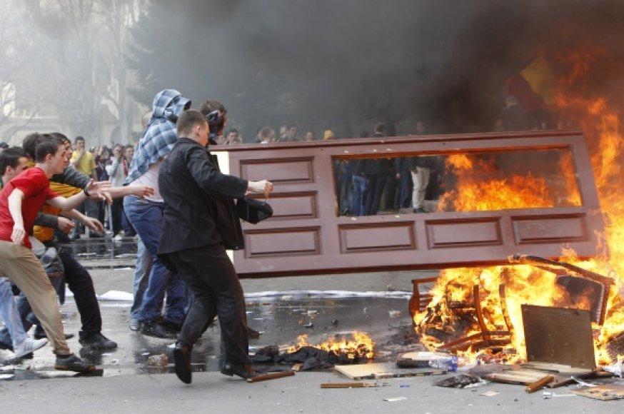 Moldovoje siautėjo riaušininkai.