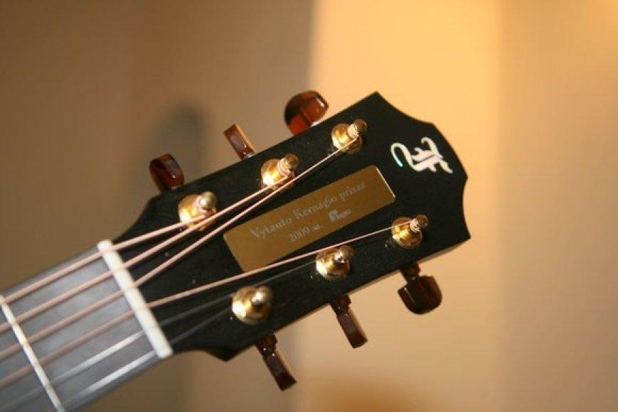 Uždarymo kulminacija tapo Vytauto Kernagio gitaros įteikimas