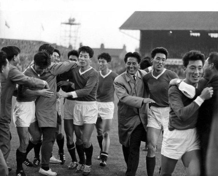 Šiaurės Korėjos futbolininkai 1966 metais džiaugiasi pergale prieš Italiją. Italijai šios rungtynės tapo katastrofa.