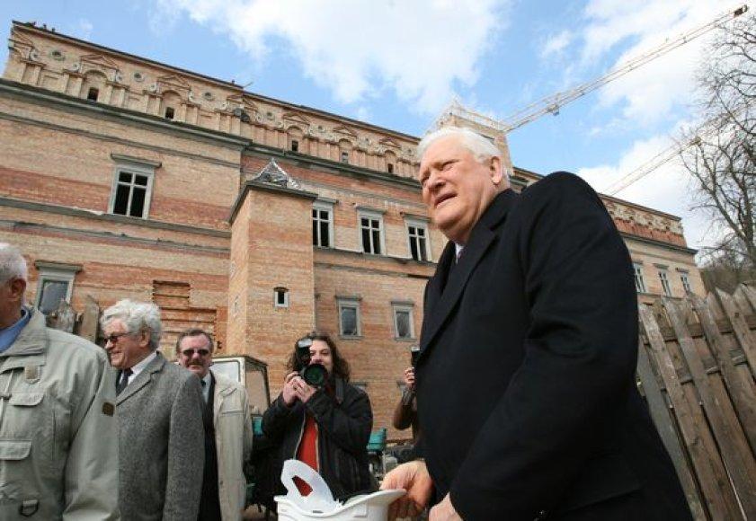 A.Brazauskas aktyviai rūpinosi, kad būtų atstatyti Valdovų rūmai.