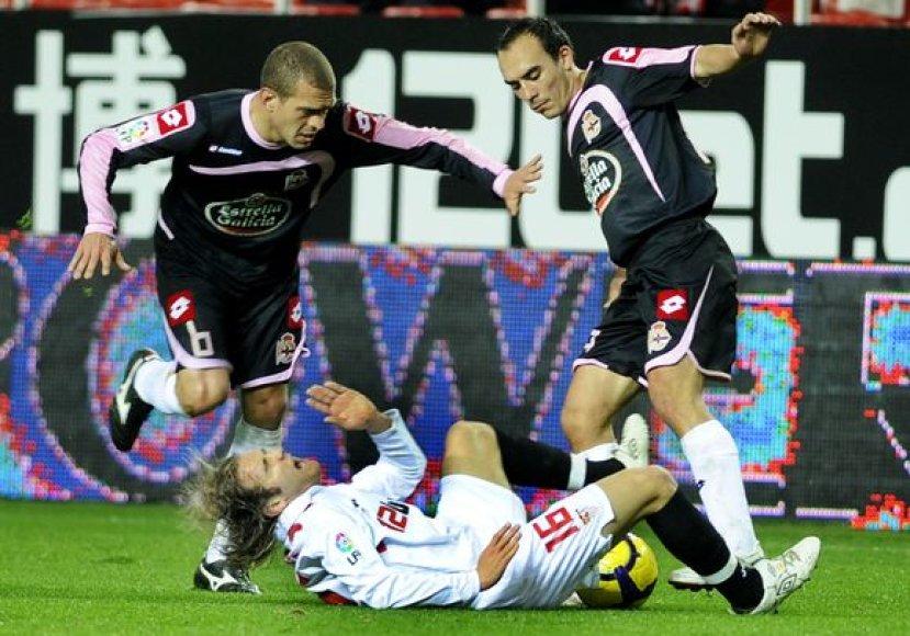 """""""Sevilla"""" (balta apranga) futbolininkams nepavyko antrą kartą įveikti """"Deportivo"""""""