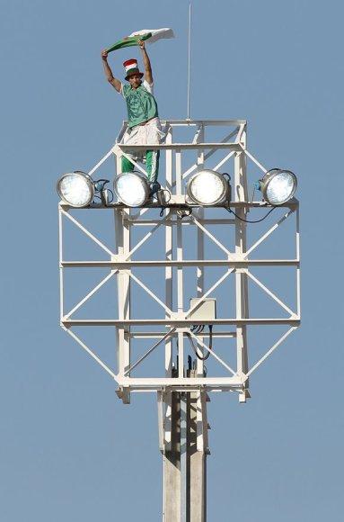 Alžyro rinktinės gerbėjas užsiropštė ant šviestuvo