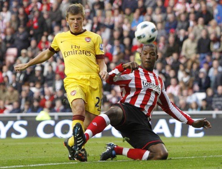 """""""Arsenal"""" (kairėje) ir """"Sunderland"""" dvikova baigėsi dramatiškai"""