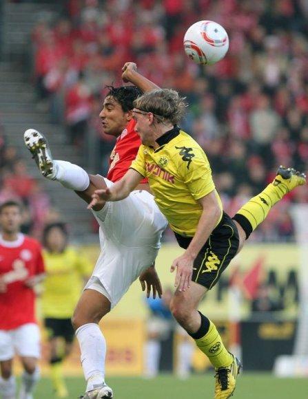 """""""Borussia"""" (geltona apranga) po pergalės pakilo į pirmąją vietą"""