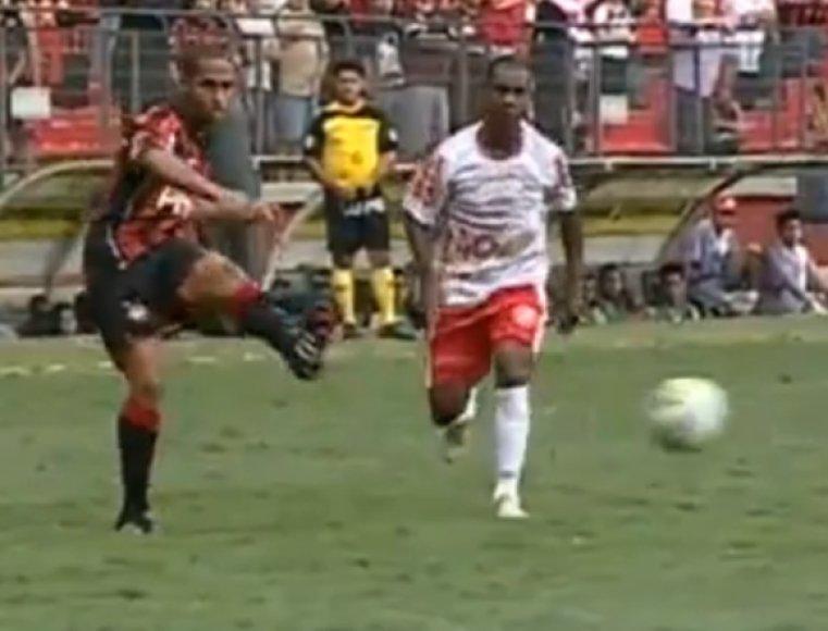 Bruno Costa šiuo smūgiu pasiuntė kamuolį į savo vartus