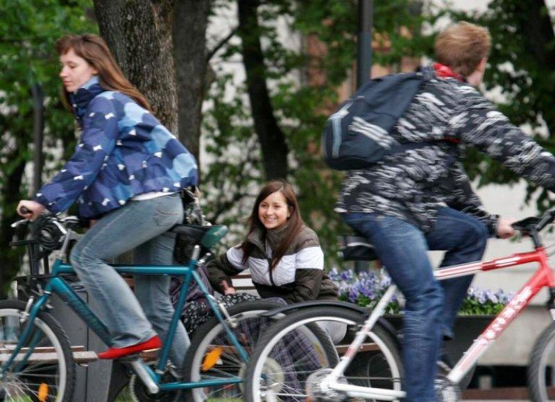 Miestiečiai kviečiami sėstis ant dviračių.