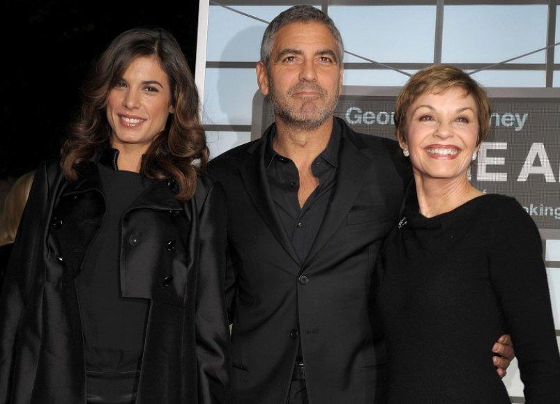 Elisabetta Canalis (kairėje), George'as Clooney ir jo motina Nina Warren