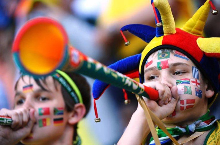 Futbolo gerbėjai pučia vuvuzelas.