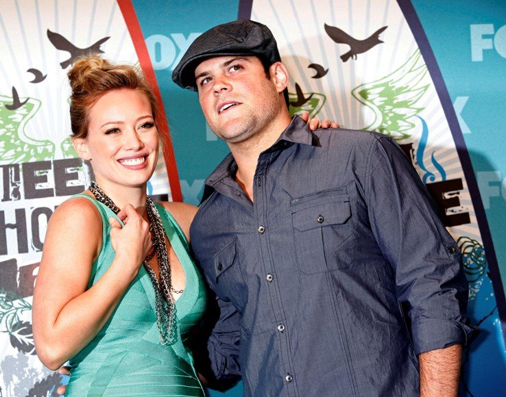 Hilary Duff susituokė su ledo ritulio žaidėju Mike'u Comrie.