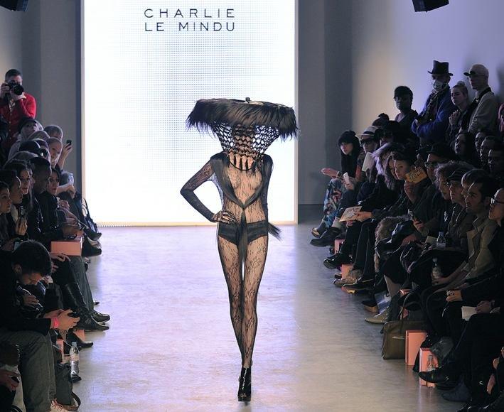 Apsirengęs Charlie Le Mindu kolekcijos modelis