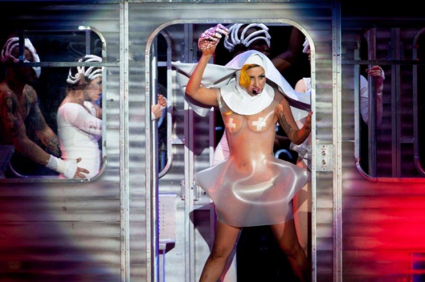 Lenkijos pajūryje, Sopote, praėjusį penktadienį tikrą pirtį užkūrusi Lady GaGa šiandien minias šokdins Olandijoje, Roterdame.