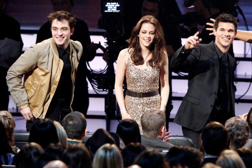 Robertas Pattinsonas (kairėje), Kristen Stewart (centre) ir Tayloras Lautneris