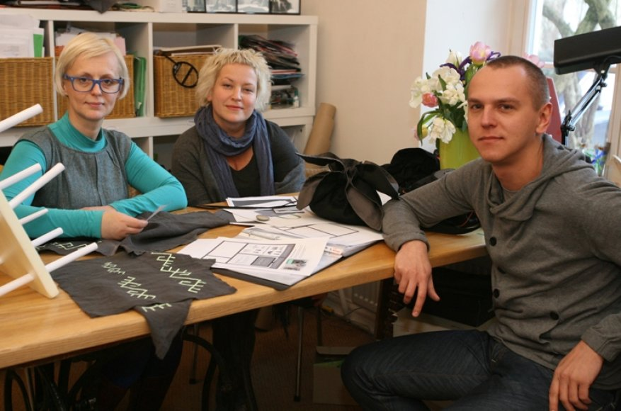 """I.Ševiakovaitė (kairėje), J.Rimkutė ir E.Kavarskas pasakojo parodai """"Baltai"""" pristatyti pritaikę modernias vaizdo technologijas."""