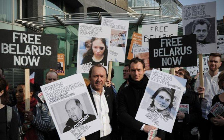 Garsūs aktoriai J.Law (dešinėje) ir K.Spacey Londone žygiavo su plakatais už žodžio laisvę Baltarusijoje.