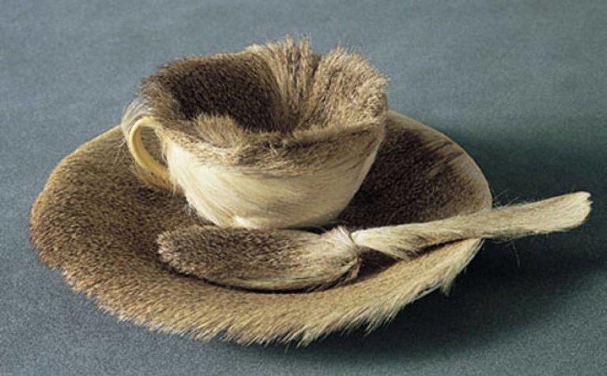 Garsusis Meret Oppenheim kailinis puodelis su šaukšteliu