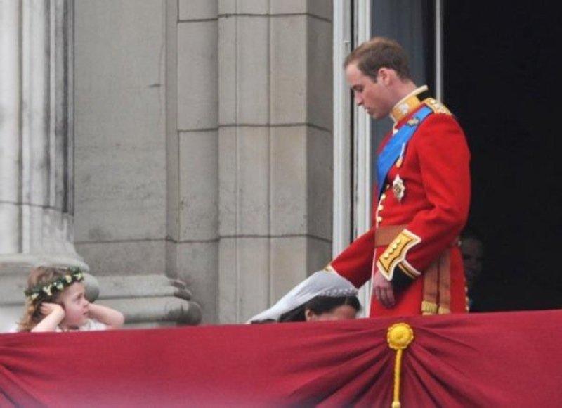 Princo Williamo žmona Catherine akimirką pasilenkė kažko paimti nuo žemės. Kadras išėjo gana kurioziškas.