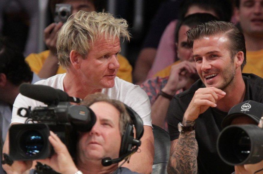 Davidas Beckhamas (dešinėje) ir Gordonas Ramsay stebi krepšinio rungtynes per futbolininko gimtadienį.