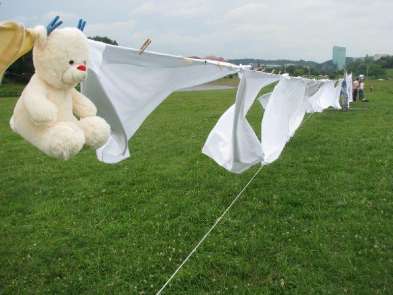 Ant rekordinės skalbinių virvės kabėjo ne tik skalbiniai.
