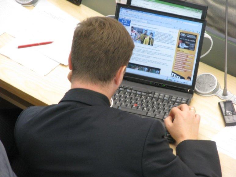 Seimo salėje įrengti stacionarūs kompiuteriai suteikia prieigą tik prie oficialaus parlamento tinklalapio, tačiau Seimo nariai neretai atsineša asmeninius nešiojamuosius kompiuteriais, kuriais gali naršyti kur panorėję.