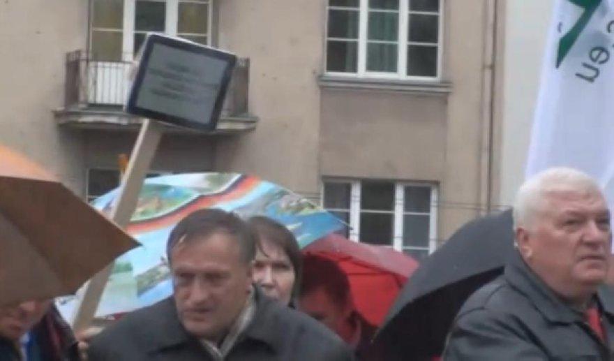"""Vienas mitingo dalyvis vietoje plakato atsinešė prie medinio pagalio pritvirtintą planšetinį kompiuterį """"iPad""""."""