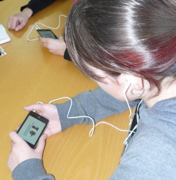 """Kuršėnų Pavenčių vidurinės mokyklos moksleiviai mokosi su delninukais """"iPod Touch""""."""