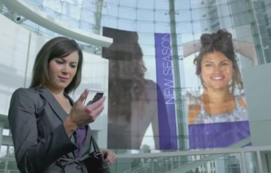 Ateities viziją pristatančiame vaizdo įraše, be kita ko, demonstruojama, kaip galėtų atrodyti milžiniški stikliniai ekranai prekybos centruose.