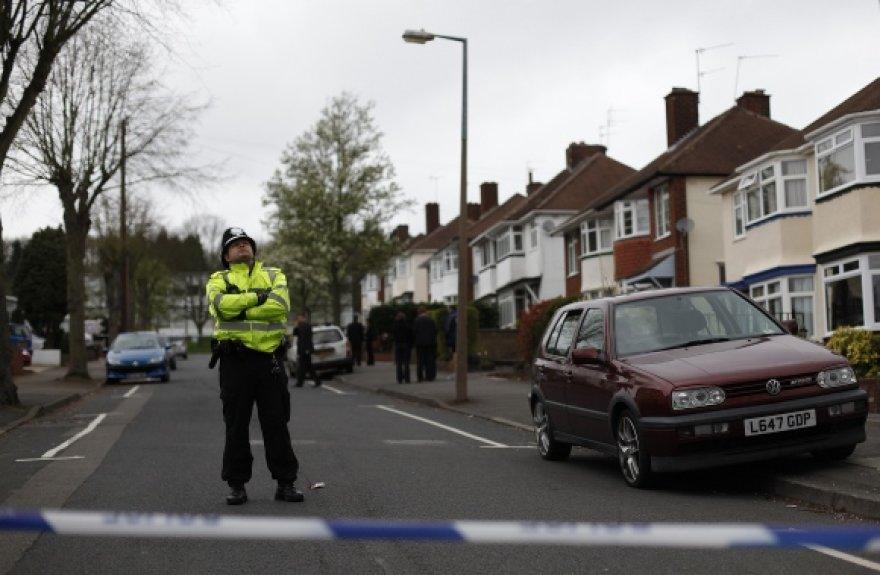 Policininkas budi netoli Ridžvudo mokyklos po to, kai čia buvo užpulta 14-metė moksleivė Chloe West.