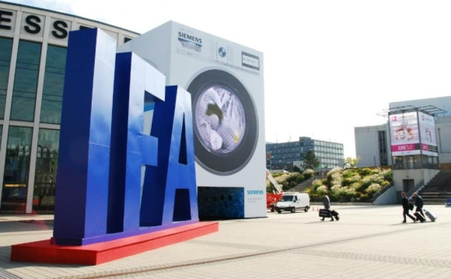 """Parodos lankytojus pasitiko milžiniška skalbimo mašina, kurios """"būgną"""" atstojo didžiulis ekranas."""
