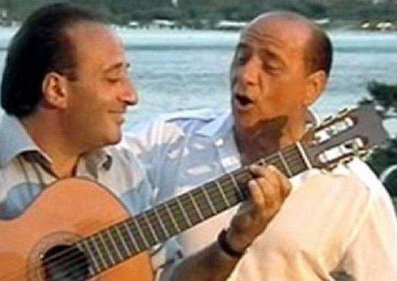 S.Berlusconis ir M.Apicella.