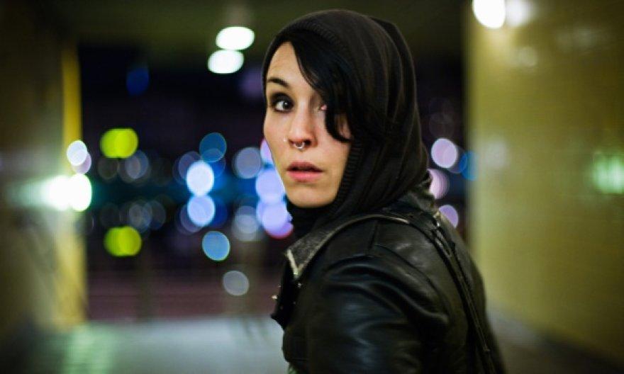 """Filme """"Mergina su drakono tatuiruote"""" vieną pagrindinių vaidmenų atlieka švedų aktorė Noomi Rapace."""