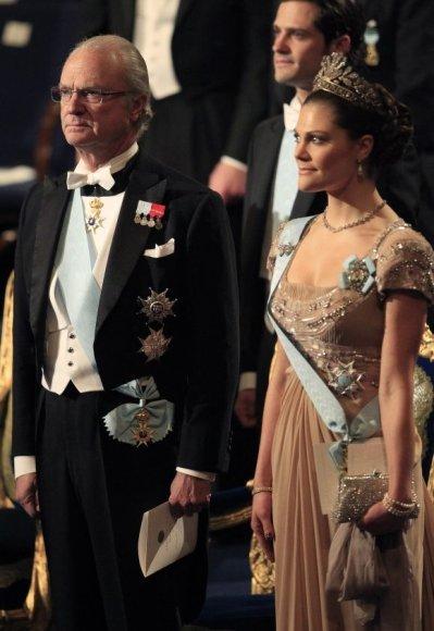 Švedijos karalius Carlas XVI Gustafas kol kas neketina užleisti sosto dukteriai Victoriai, nors ši sulaukia visuomenės palaikymo.