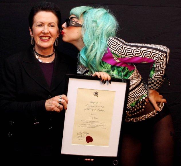 Lady Gagos bučinys Sidnėjaus merei Clover Moore.