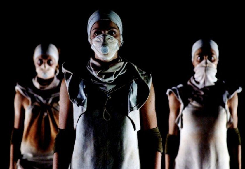 """Italų trupė """"Muta Imago"""". Akimirka iš spektaklio """"Displace #1. La rabbia rossa"""" (""""Raudonasis įtūžis"""")."""