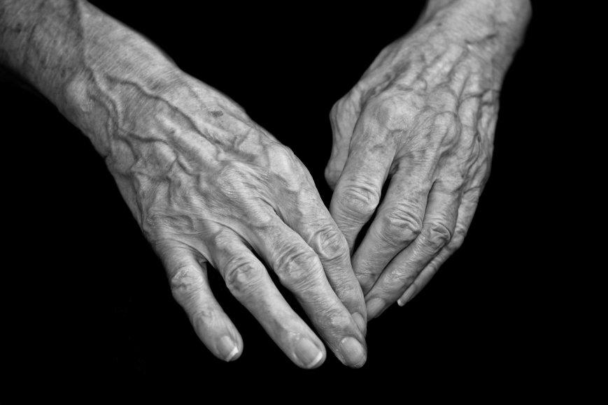 Vida Press nuotr./Seno žmogaus rankos