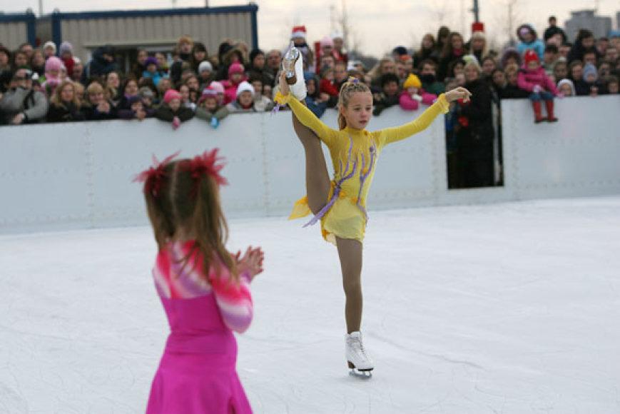 """Šalia prekybos centro """"Mega"""" atidaryta atvira ledo čiuožykla. Visi norintieji joje gali čiuožinėti nemokamai."""