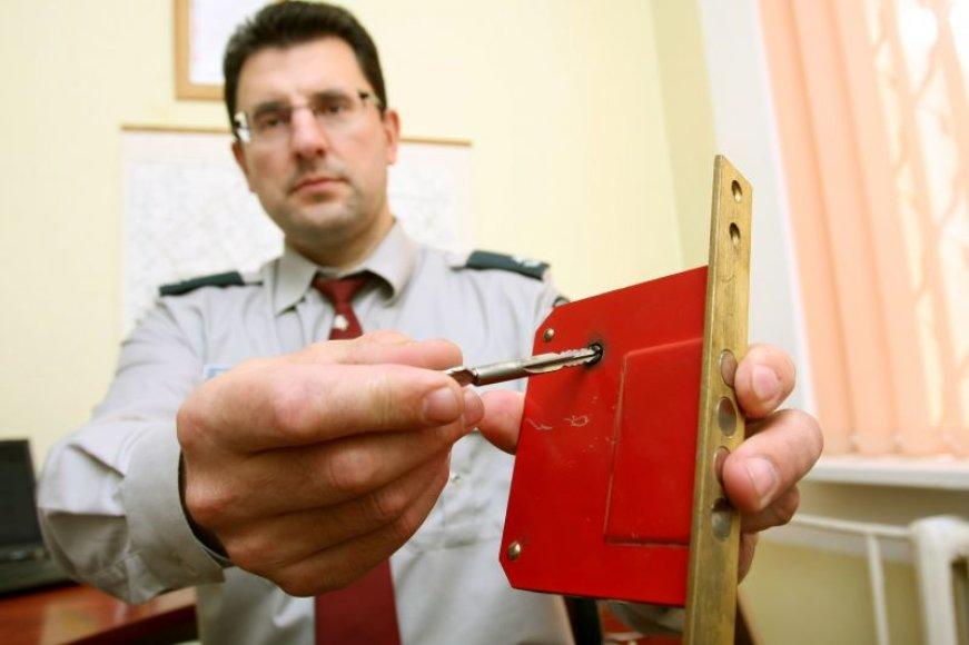 Profesionaliems vagims paprastos durų spynos įveikiamos per keliasdešimt sekundžių.