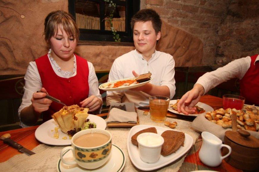 Atversti dubenėlius, po kuriais paslėpti simboliniai daiktai, reikėtų prieš paragaujant ant Kūčių stalo sudėtus 12 patiekalų